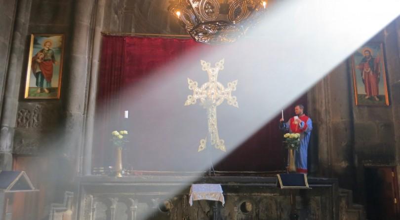 Armenia-luce-nel-monastero-810x446_c
